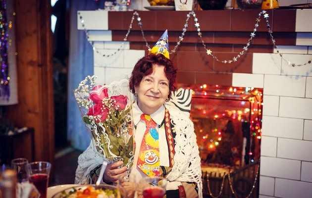 Что можно подарить жене на 60-65 лет?