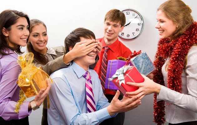 Что можно подарить коллегам на Новый год 2021