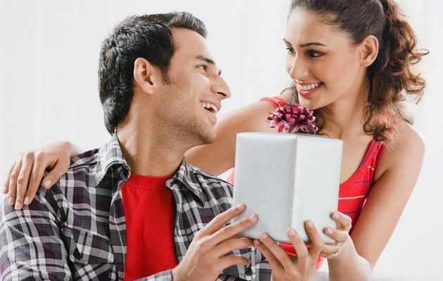 Что можно подарить молодому человеку на год отношений?