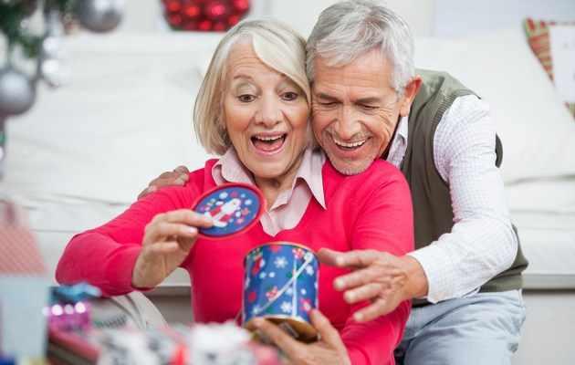 Что можно подарить родителям на Новый год 2021 недорогое и оригинальное?