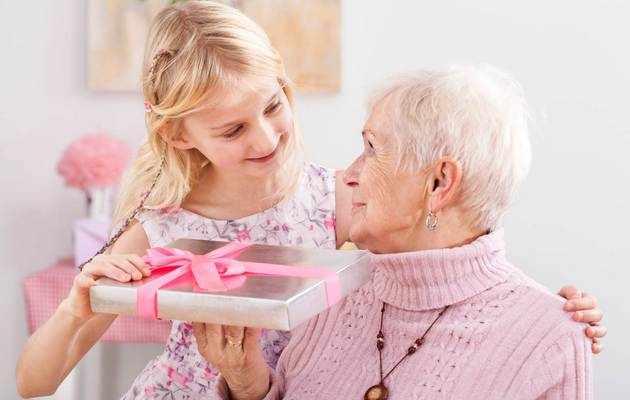 Что можно подарить бабушке на 60 лет?
