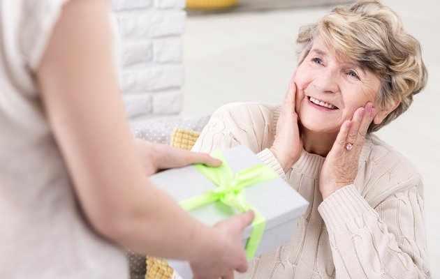 90 идей подарков маме на 75 лет