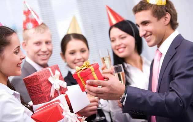 Что можно подарить коллеге девушке на день рождения?