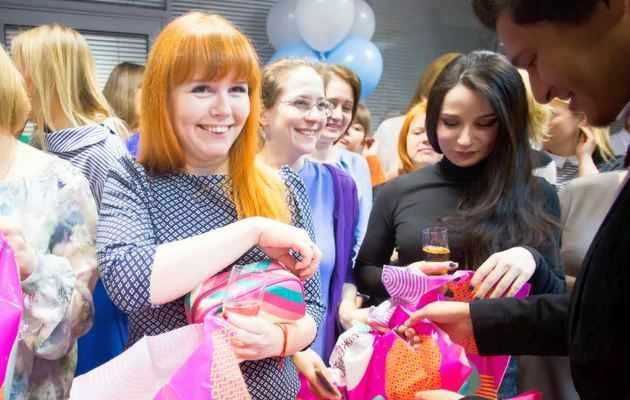 Подборка недорогих подарков коллегам на 8 марта