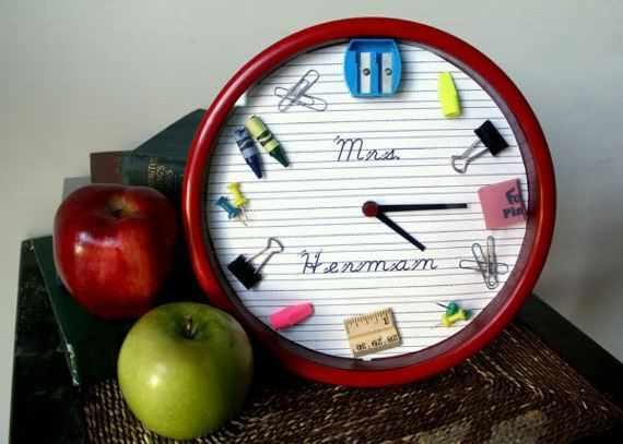 Часы в оформлении школьной тематики