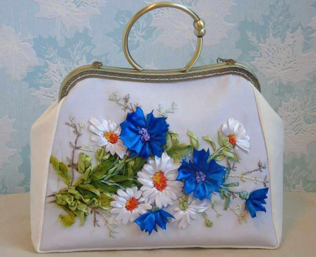 Красивая сумочка с ручной вышивкой лентами