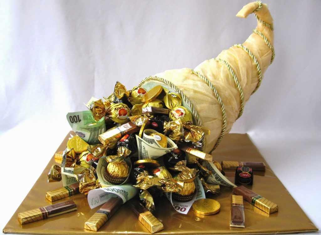 Рог изобилия, наполненный конфетами