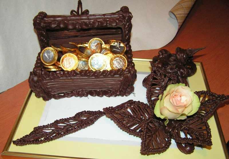 Шоколадная шкатулка с монетами