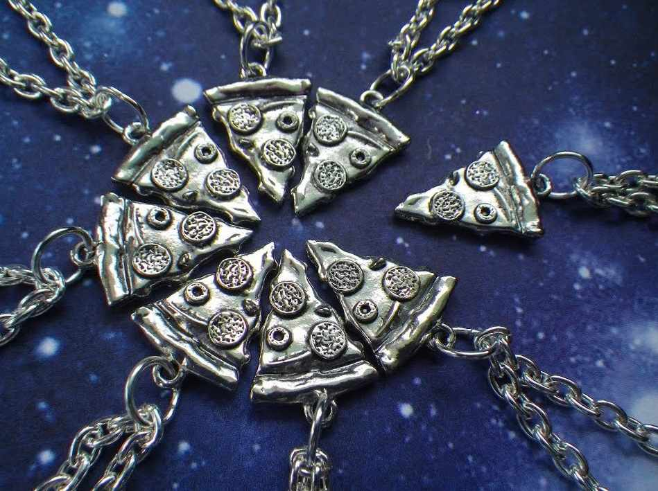 Необычные медальоны для группы друзей