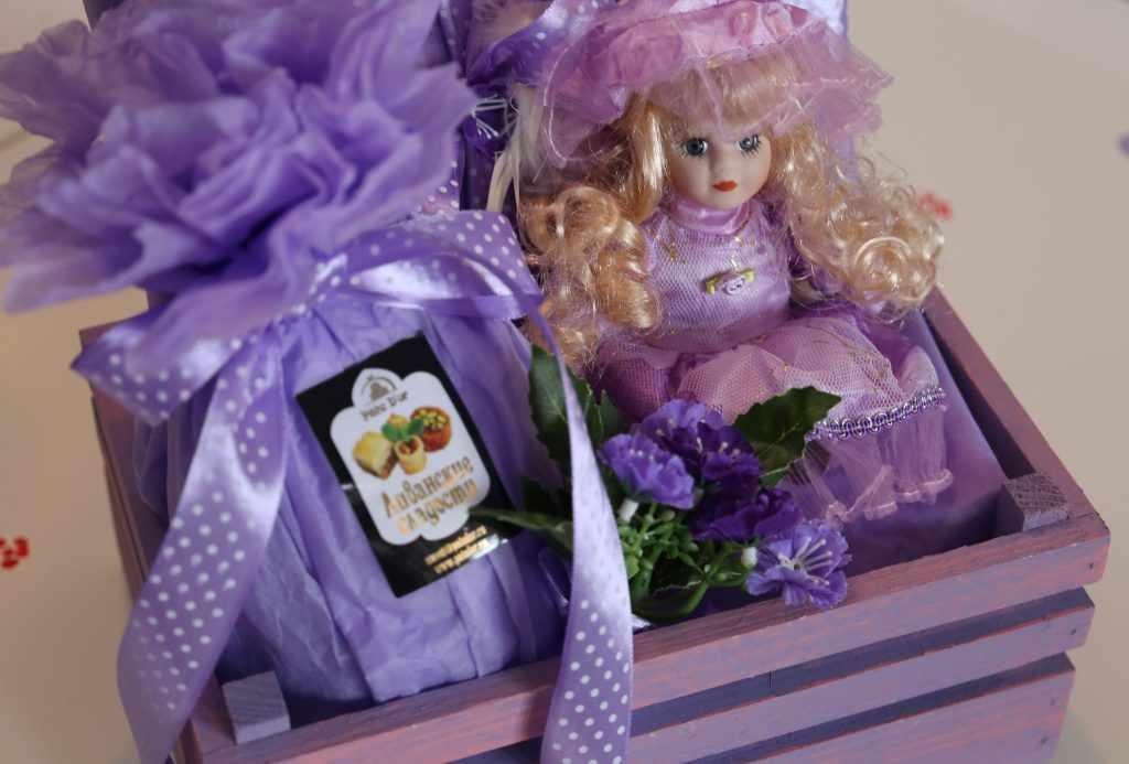 кукла и сладости