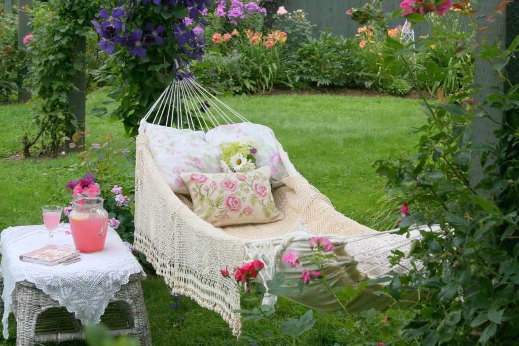 Уютный уголок в саду для бабушки