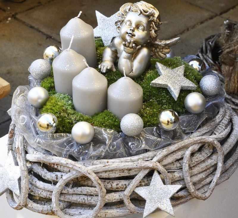 Символы Рождества — свечи и фигурка ангела