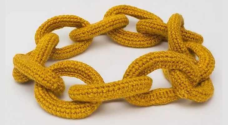 Шарф-снуд в виде золотой цепи
