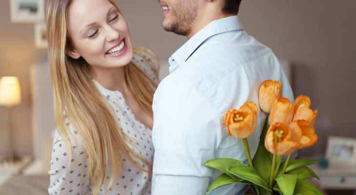 Как правильно подарить девушке букет цветов