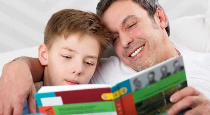 отец с сыном читают книгу
