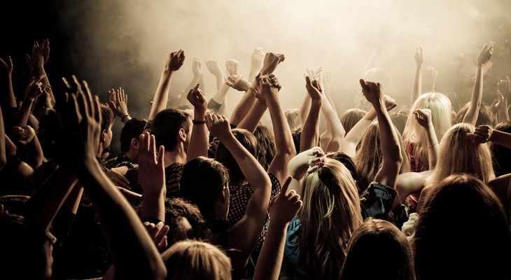 молодежь на концерте