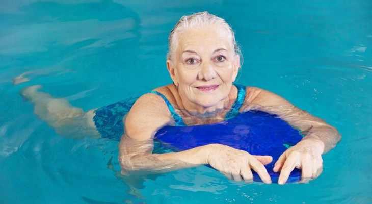 пожилая женщина в бассейне