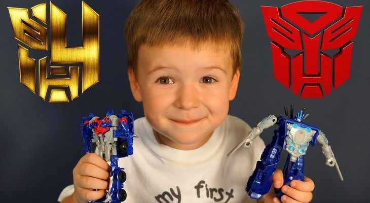 мальчик играет с роботом