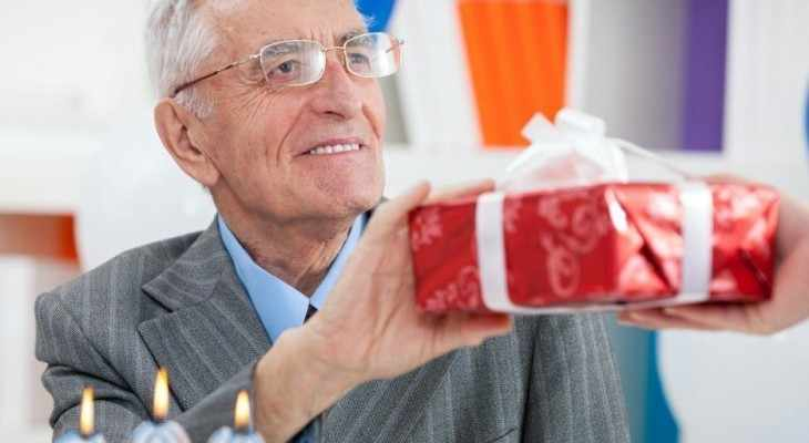 Что можно подарить пожилому мужчине 59 идей