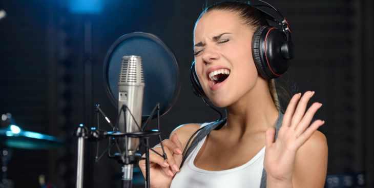 Запись песни в студии звукозаписи