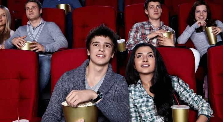 подростки в кинотеатре