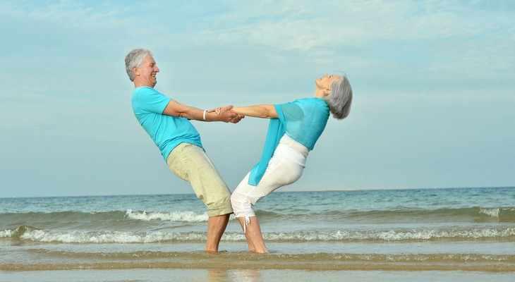 пожилые мужчина и женщина на море