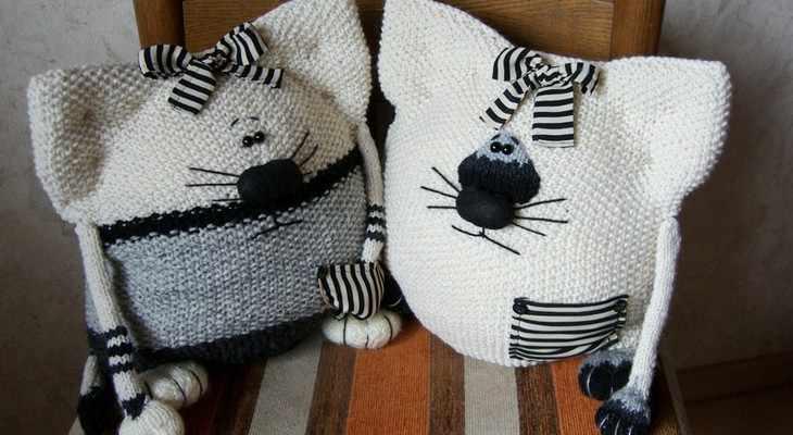 Вязаные подушки в виде двух милых котиков