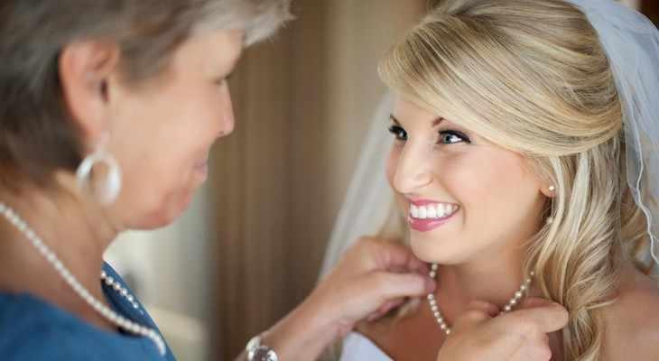 Мама дарит дочери бусы на свадьбу